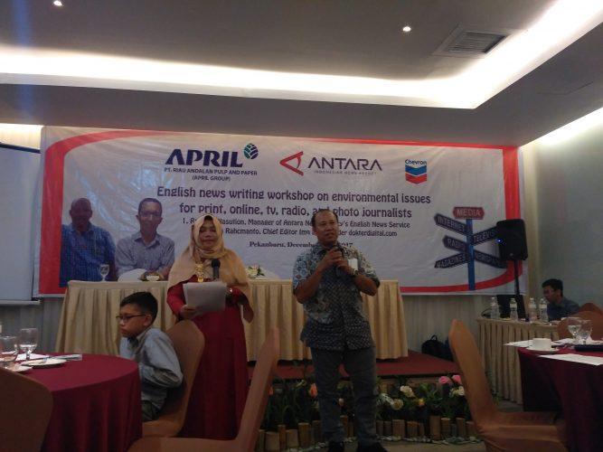 Antara Riau Holds English News Writing Workshop on Enviromental Issues
