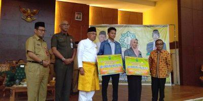 Gubernur Riau Serahkan Beasiswa Kepada 500 Mahasiswa UIN Suska Riau