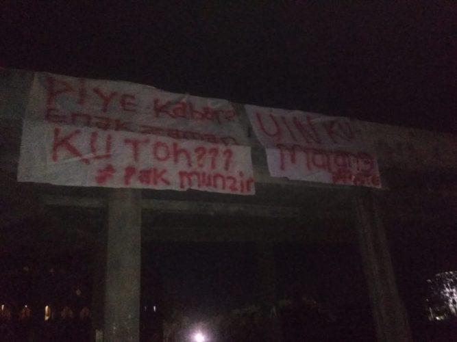 Mahasiswa FST Pasang Spanduk Singgung Rektor UIN Suska