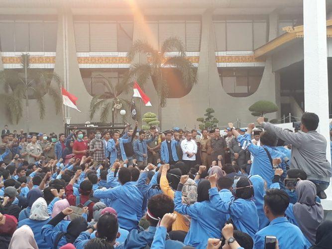 Dampak Karhutla, KBM UIN Suska Riau Duduki Kantor Gubernur Riau