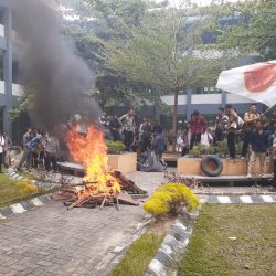 Mahasiswa FSH Duduki Fakultas Tuntut Hak Demokrasi