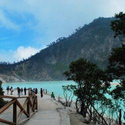 Menikmati Wisata Alam Danau Berwarna di Kawah Putih