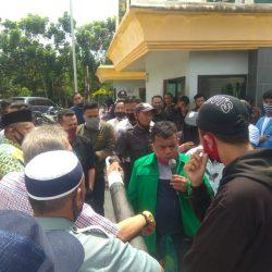 Massa Aksi Tuntut Rektor UIN Suska Dicopot dari Jabatannya